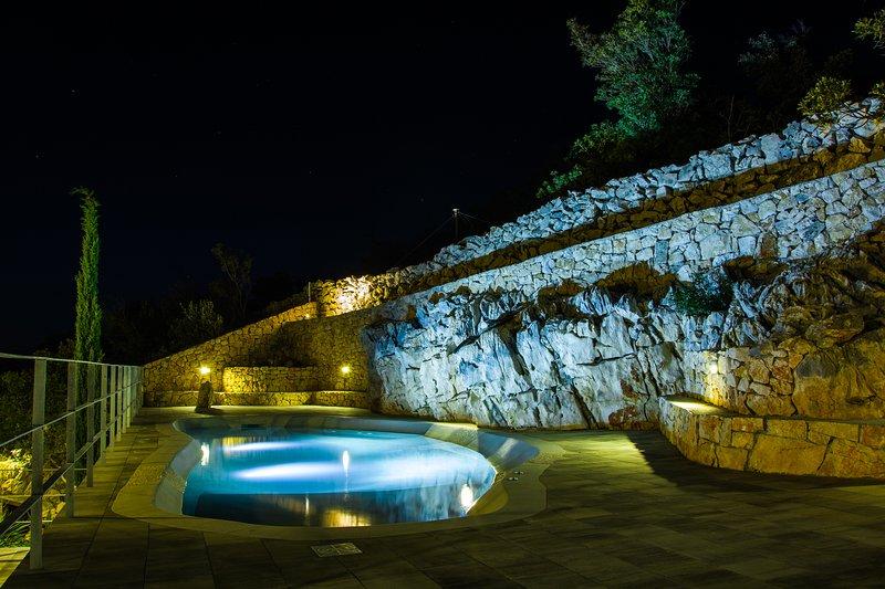 L'eau douce, piscine chauffée avec vue sur la mer juste à côté de votre appartement.