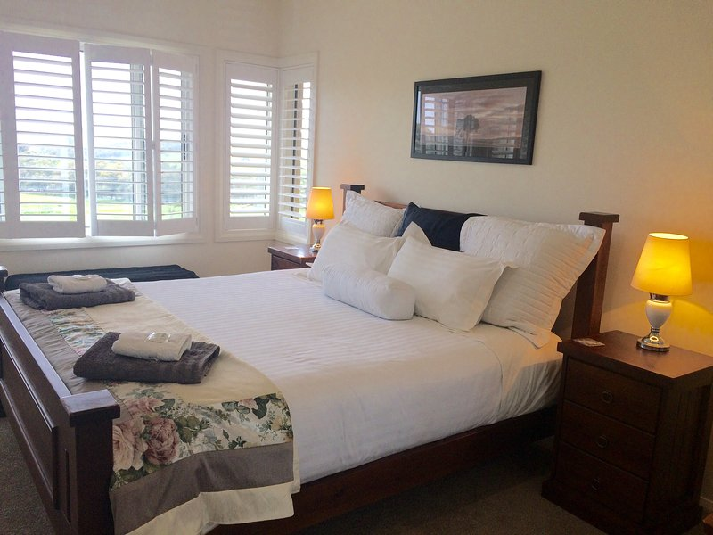 King size bed at Heathcote Views