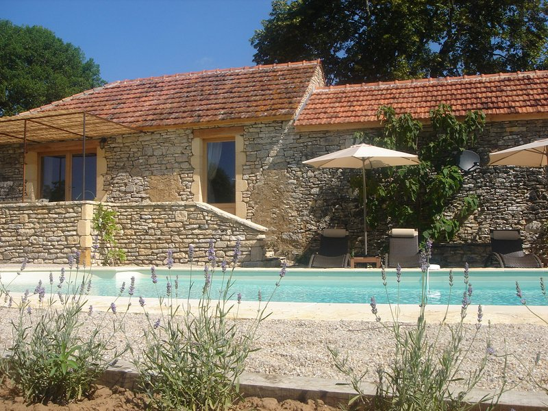 MAISON DE REY - BEAUTIFULLY RENOVATED STONE PROPERTY WITH PRIVATE HEATED POOL, holiday rental in Saint Pompon