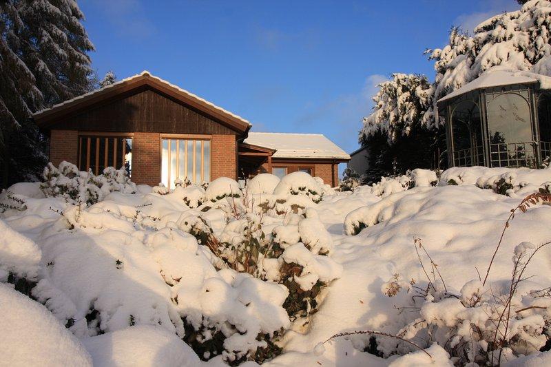 Vista desde el jardín cubierto de nieve