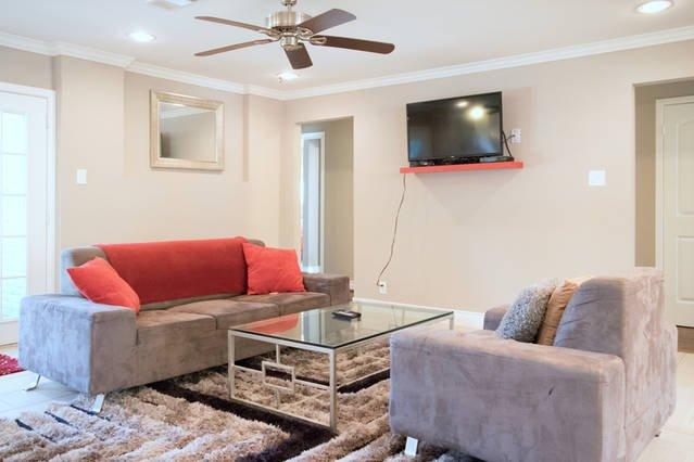 """Gemeinsame Wohnbereich verfügt über einen 40 """"TV mit über 140 Kanälen von denen die meisten HD"""