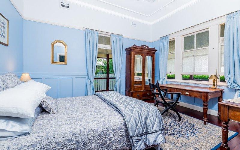El tercer dormitorio con acceso privado y enorme escritorio de cedro
