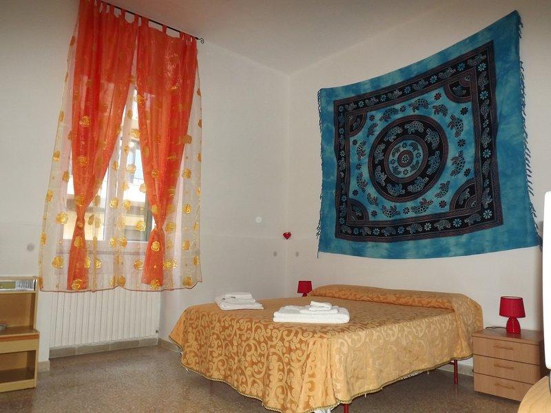 Ampia e luminosa camera da letto.