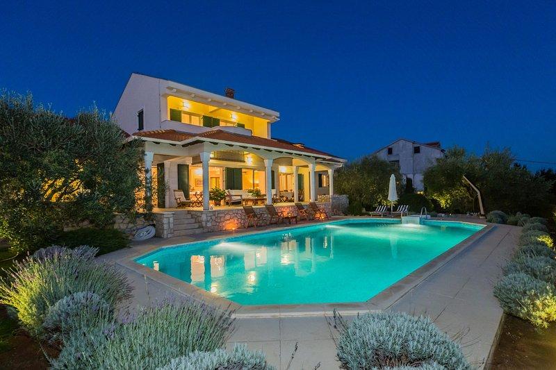 Beautiful Villa Kari with pool, vacation rental in Kozino