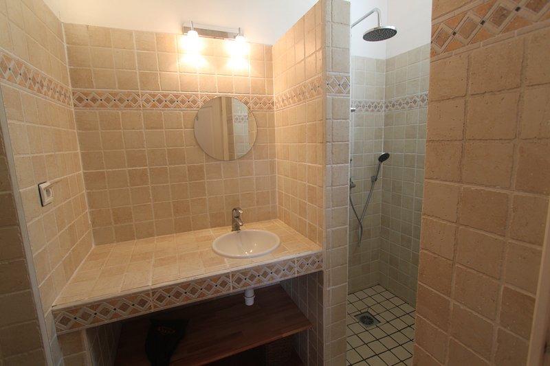 Casa de banho 1 quarto principal - pé no chuveiro, WC e secador de cabelo