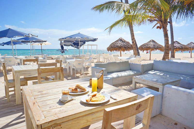 Our beach offers breakfast with ocean view