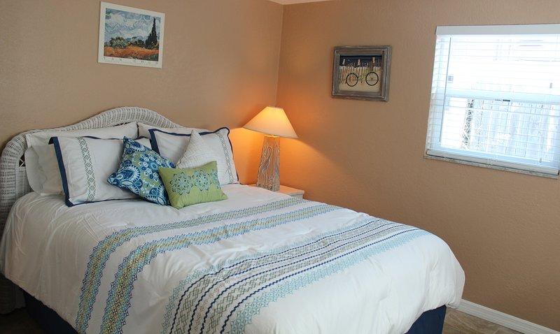 dormitorio principal con cama de matrimonio y armario de cedro