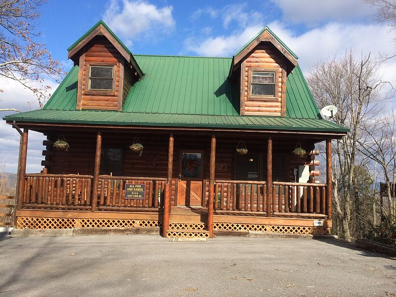 Luxury Cabin. Fantastic Game Room! Sleeps 10. *Great Rates* Mountain View, vacation rental in Gatlinburg