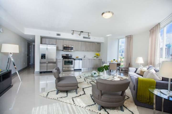 Concepto abierto salón y comedor cuentan con un diseño contemporáneo y muebles modernos de gama alta.