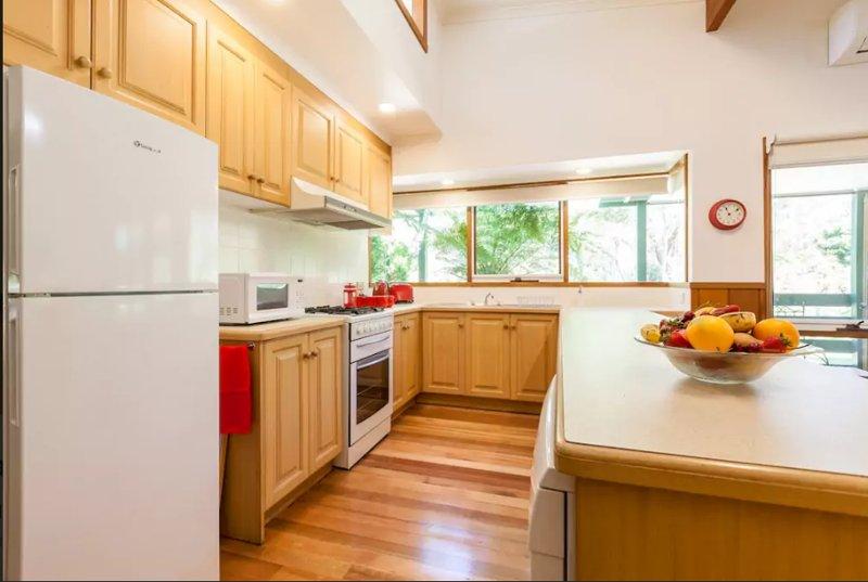 Il y a un réfrigérateur, micro-ondes, lave-vaisselle, plaque de cuisson, four, ustensiles de cuisine, vaisselle, petit-déjeuner continental.