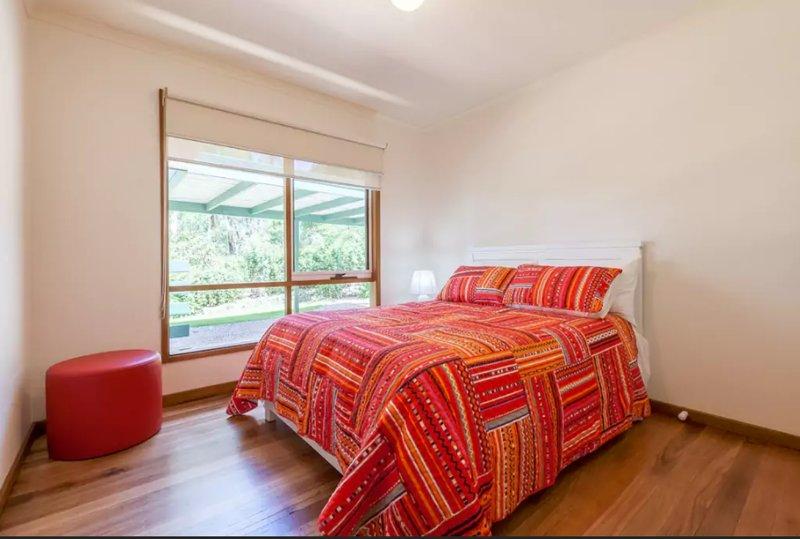 Il y a un lit double pour un autre couple ou seul invité.