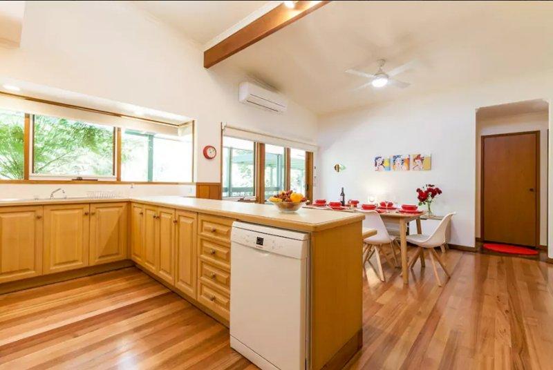 La cuisine / salle à manger de hauts plafonds et de grandes fenêtres pour la lumière naturelle brillante.