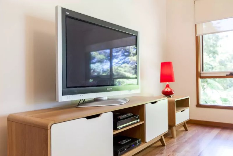 Le salon dispose d'une grande télévision à écran plat, YouTube, un lecteur DVD et une bonne sélection de films DVD.