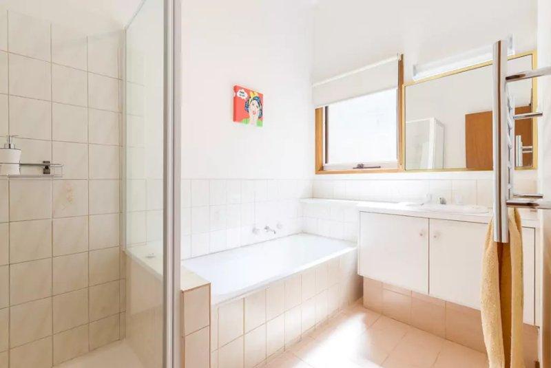 La salle de bain est léger et lumineux et dispose d'une baignoire de taille standard. Les toilettes sont séparées.