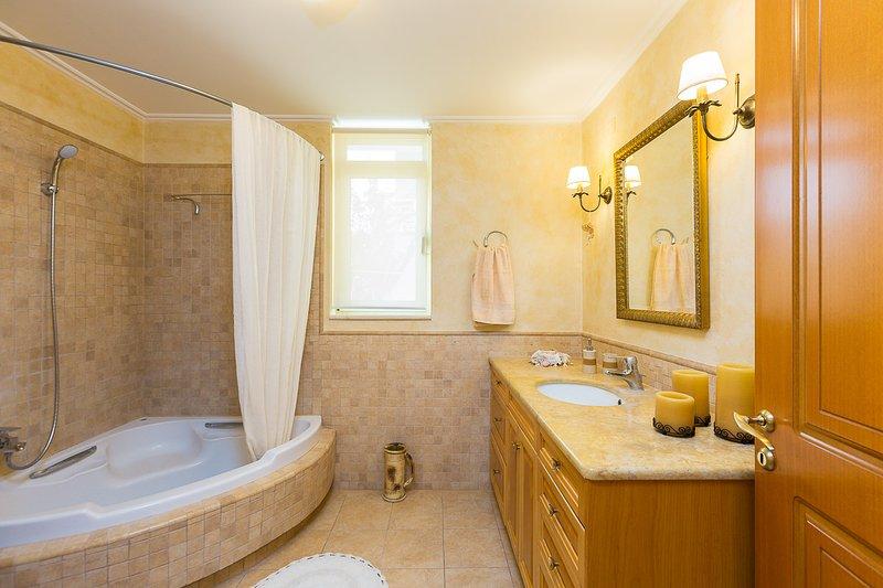 Family bathroom with a bathtub!