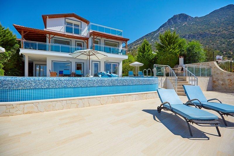 Villa Kalkan Alkin 5 Bedroom Private Villa Close Kalkan Town with Pool and View, location de vacances à Kalkan