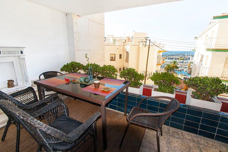 Apartamento acogedor con terraza y vistas a puerto - tranquillo y seguro, location de vacances à Blanes