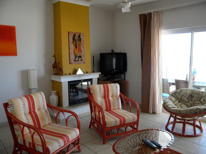 Ferienhaus mit Atlantikpanoramablick, holiday rental in Salema