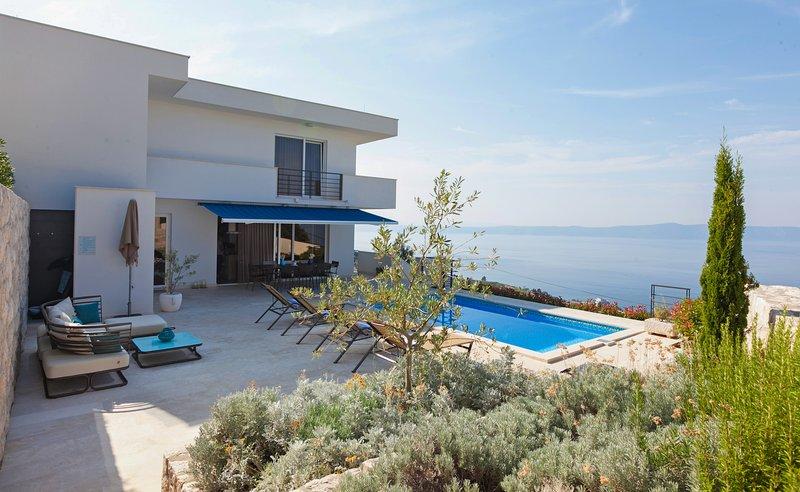 Luxury villa with pool and jacuzzi, alquiler de vacaciones en Podgora