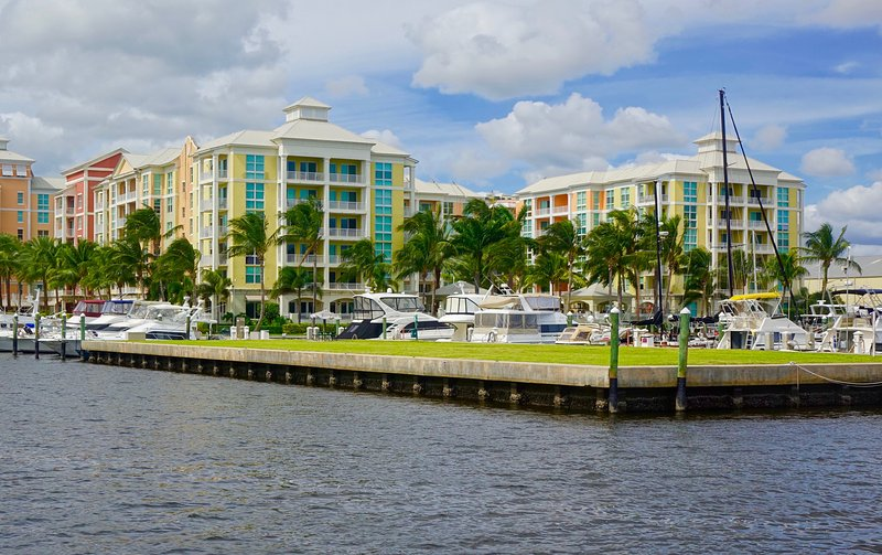 Luxurious, family-friendly 3BR condo on the water, alquiler vacacional en Lake Worth