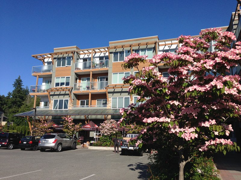 Bright Condo Close to Beach, Golf & Royal Roads – semesterbostad i Victoria