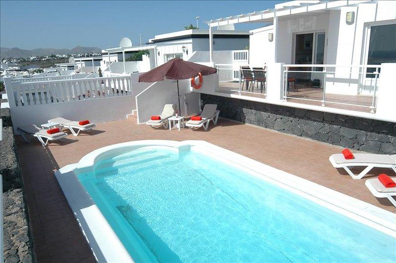 Villa with Great Sea Views and Gated Pool in Puerto del Carmen LVC204213, aluguéis de temporada em Puerto Del Carmen