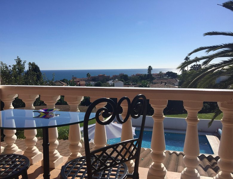 Huge 3 Bedroom apt in stunning villa. Sea views and private terrace!, Ferienwohnung in Estepona