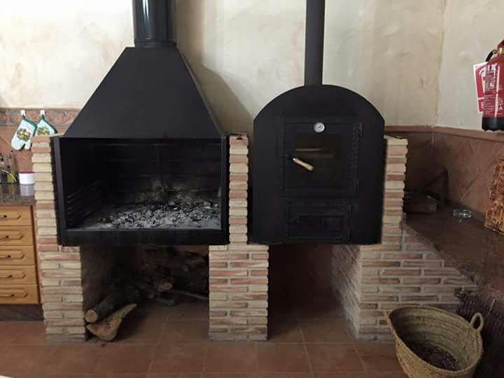 barbecue en houtoven. (Het huis brengt brandhout)