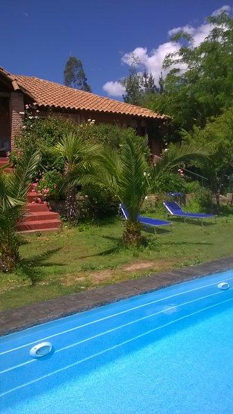 La casona se encuentra inserta en el secano interior rodeada de jardines y arbol, alquiler de vacaciones en Talca