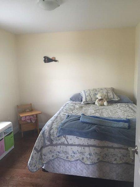 Camera da letto al piano di sotto con letto matrimoniale