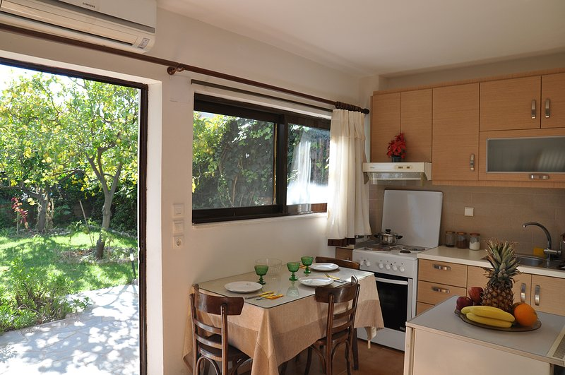 Sunny family apartment with garden, aluguéis de temporada em Drepano