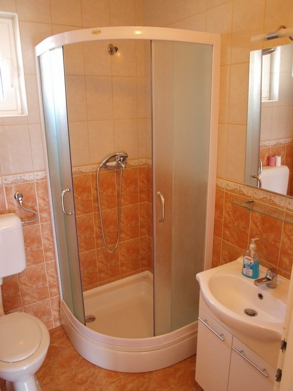 H(10+2): bathroom with toilet