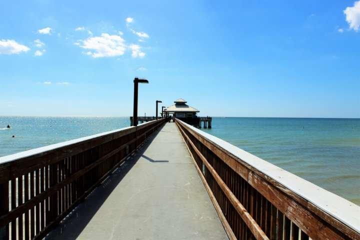 Maak een wandeling langs het Fort Myers Beach Pier, of breng een hengel en zien wat je zou kunnen vangen!