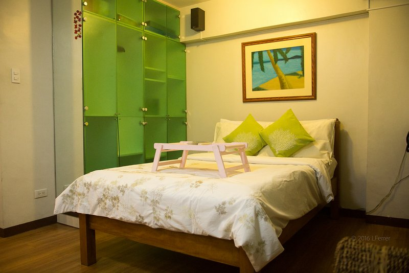 Alabang relaxing and homey West Parc Cedar, vacation rental in Muntinlupa