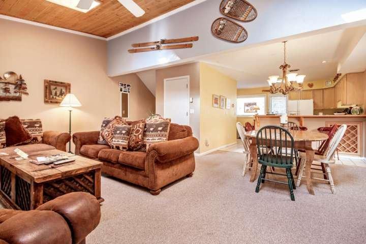 Cette maison à plusieurs niveaux offre un cadre de vie concept ouvert, salle à manger et cuisine.