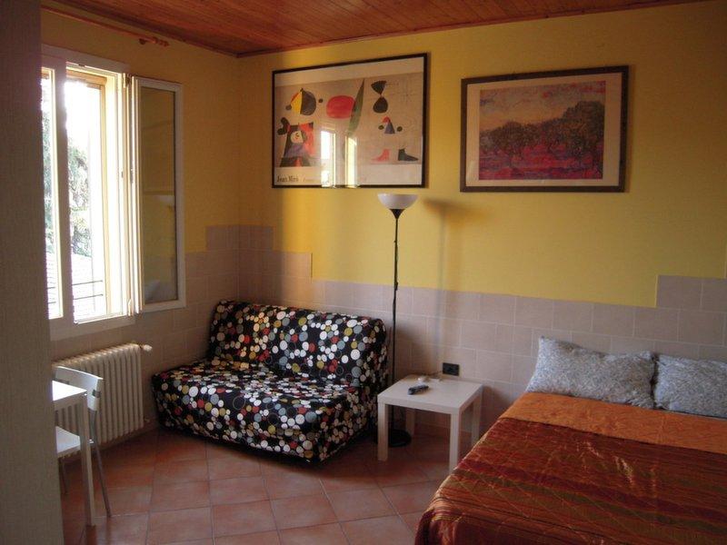 monolocale adiacente Porta San Felice / Studio near the old town, holiday rental in Anzola dell'Emilia