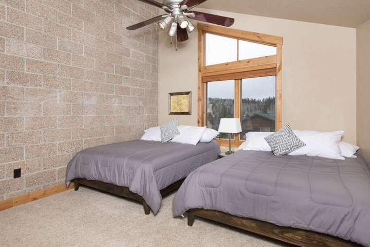 2nd Bedroom on Top Level With 2 Queen Sized Beds And Views