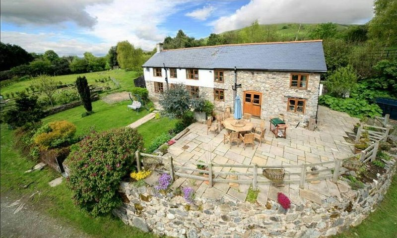 Beautiful contemporary farm house with fantastic views, vacation rental in Llanrhaeadr ym Mochnant