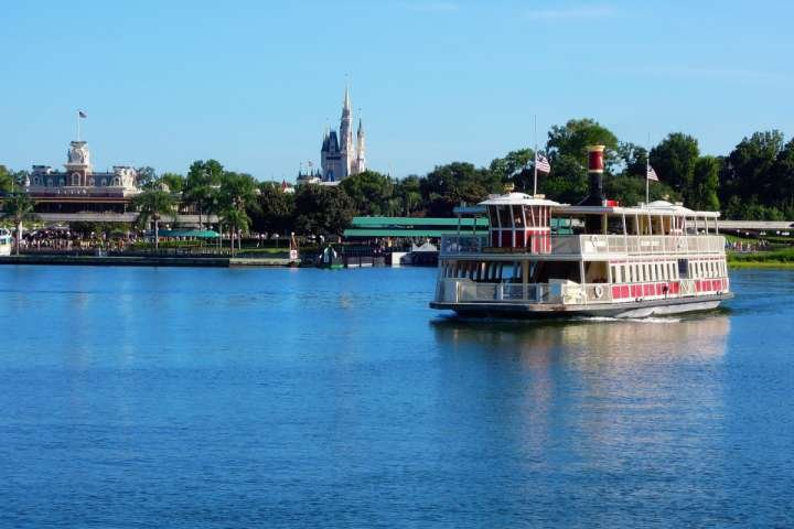 Fate un giro in barca per vedere le principali attrazioni di Orlando dall'acqua.