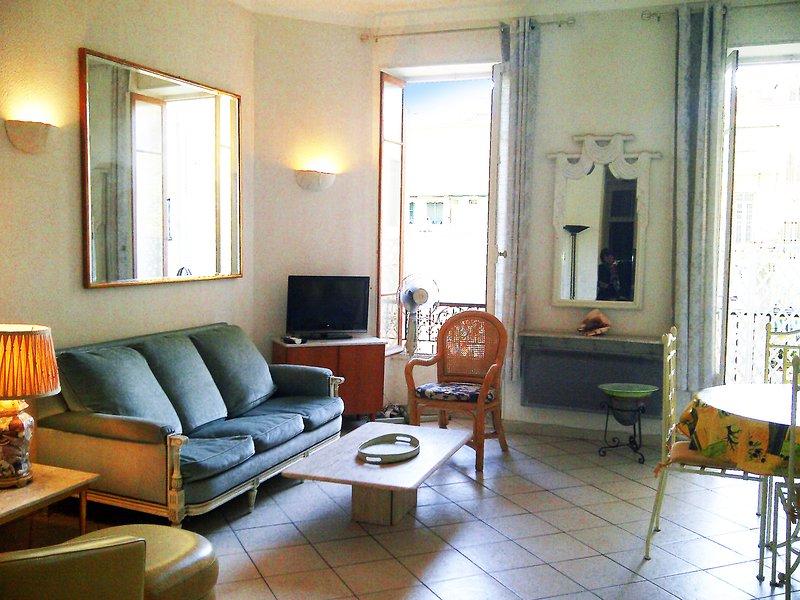 Sun-rempli salon plein sud avec accès direct au balcon privé