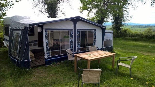 Nice Rental caravan with great mountain view., location de vacances à Lapalisse