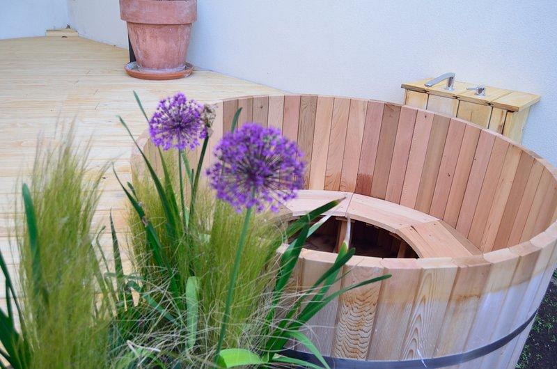 Exclusivo ofuro (bañera japonesa) de madera de cedro