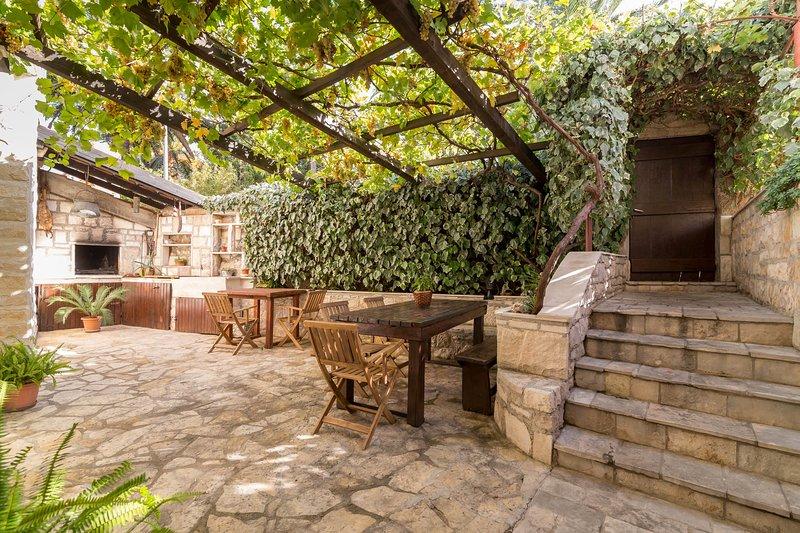 Apartments Kolimbatovic 2, vacation rental in Supetar