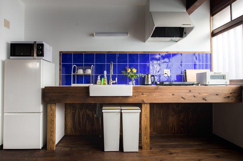 Micro-ondes, réfrigérateur, four grille-pain, bouilloire, chauffe-cuisson IH, et ustensiles de cuisine simples sont disponibles