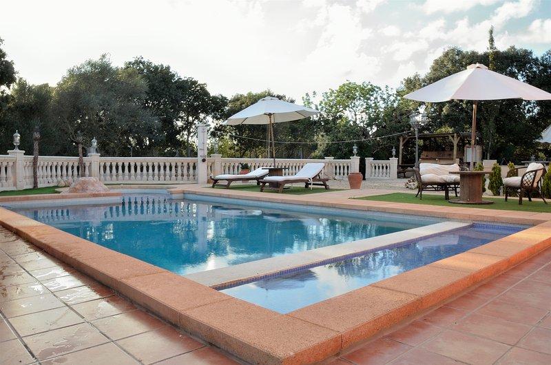 VILLA WITH PRIVATE TENNIS COURT, MINI GOLF,  SWIMMING POOL ON SITE, alquiler de vacaciones en Randa