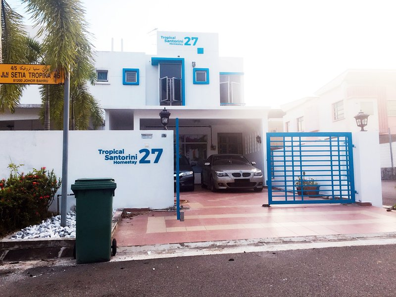 Tropical Santorini Homestay at Taman Setia Tropika, Johor Bahru, Malaysia, location de vacances à Johor