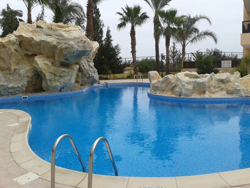 Lovely 2-bedroom apartment with swimming pool with waterfall, Jacuzzi, holiday rental in Dhekelia