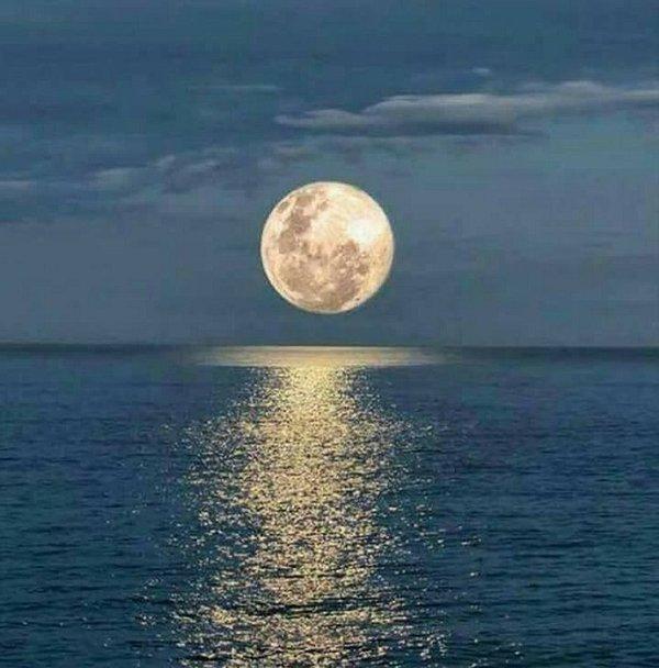 Lua cheia sobre a lagoa de Thau