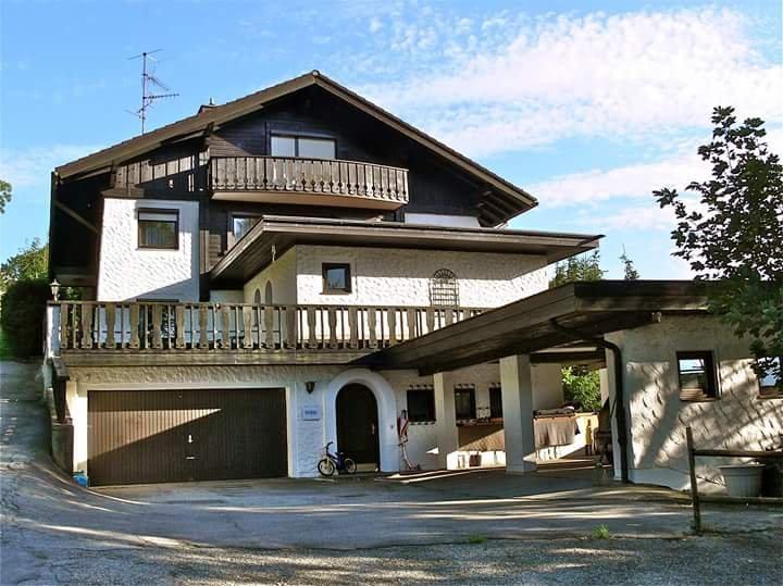 Vista frontale della casa con ingresso dell'appartamento