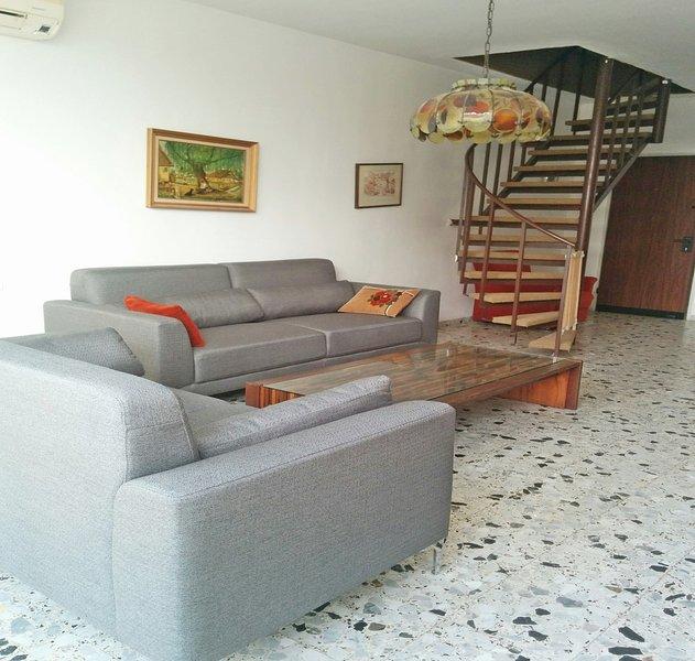 Large 3 BR apartment East Raanana near Achuza: Shabbat elevator, holiday rental in Hod Hasharon